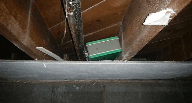 le couple découvre une mallette dans leur grenier mais le FBI sonne à leur porte